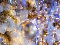 El foco selectivo en una decoración gris de la bola del color en la Navidad Imagen de archivo libre de regalías