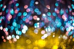El fondo abstracto elegante de la Navidad festiva con el bokeh púrpura y de neón se enciende y protagoniza imagen de archivo