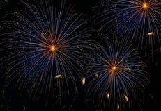 El fondo asombroso anaranjado azul de la explosión de los fuegos artificiales en cierre de la noche para arriba, los fuegos artif Imagen de archivo libre de regalías