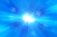 El fondo azul con el sol caliente y la lente señalan por medio de luces Imágenes de archivo libres de regalías