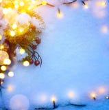 El fondo azul de la Navidad con el árbol de abeto de la nieve y los días de fiesta se encienden Fotografía de archivo