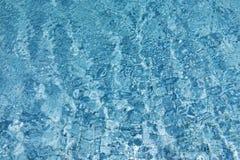 El fondo azul, onda raya en piscina Fotos de archivo