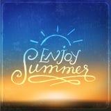 El fondo borroso con disfruta del mensaje del verano Foto de archivo