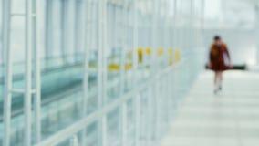 El fondo borroso de la transición, terminal de aeropuerto, persona borrosa está caminando almacen de video