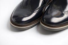 El fondo brillante de cuero negro del sobre de la bota blanco Imagen de archivo