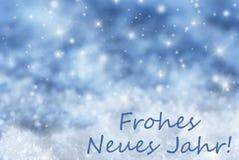El fondo chispeante azul de la Navidad, nieve, Frohes Neues significa Año Nuevo Fotografía de archivo