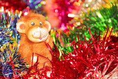 El fondo colorido festivo con malla de la Navidad y el fuego monkey Fotos de archivo libres de regalías
