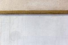 El fondo con blanco y broncea dos bloques de cemento de la pared Imágenes de archivo libres de regalías