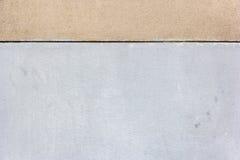 El fondo con blanco y broncea dos bloques de cemento de la pared Foto de archivo