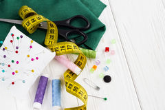 El fondo con color rosca, mide, los botones, pernos, tijeras Imagen de archivo