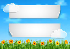 El fondo con el cielo, nubes, hierba, gerbera florece Stock de ilustración