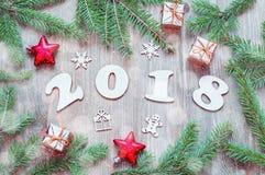 El fondo 2018 con 2018 figuras, la Navidad de la Feliz Año Nuevo juega, las ramas de árbol azules de abeto Vida del Año Nuevo 201 Imagenes de archivo