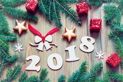 El fondo 2018 con 2017 figuras, la Navidad de la Feliz Año Nuevo juega, las ramas de árbol verdes de abeto Vida del Año Nuevo 201 Fotografía de archivo libre de regalías