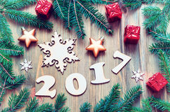 El fondo 2017 con 2017 figuras, la Navidad del Año Nuevo todavía juega, rama-nueva vida del año 2017 del abeto Fotografía de archivo
