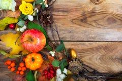 El fondo con las calabazas, manzana, hojas de arce de los días de fiesta enrruella, c Imagen de archivo