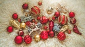 El fondo 2019 con las figuras, la Navidad del Año Nuevo juega en un fondo de las ovejas calientes naturales de la piel Composició imágenes de archivo libres de regalías