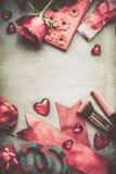 El fondo con las rosas, corazón del día de tarjetas del día de San Valentín, compone y accessorie femenino Imagen de archivo