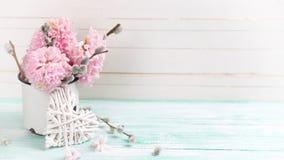 El fondo con los jacintos, sauce florece en taza envejecida y diciembre Imágenes de archivo libres de regalías