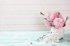 El fondo con los jacintos, sauce florece en taza envejecida y diciembre Fotografía de archivo libre de regalías