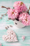 El fondo con los jacintos, sauce florece en taza envejecida y diciembre Imagen de archivo libre de regalías