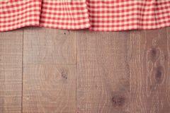 El fondo con rojo comprobó el mantel y al tablero de madera Visión desde arriba Imágenes de archivo libres de regalías