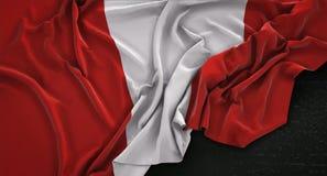 El fondo 3D de Peru Flag Wrinkled On Dark rinde Imagen de archivo libre de regalías