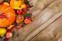 El fondo de la acción de gracias con la calabaza, las manzanas y caída se va, co Fotos de archivo