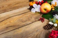El fondo de la acción de gracias con la manzana, las hojas de otoño y el blanco fluyen Fotos de archivo libres de regalías