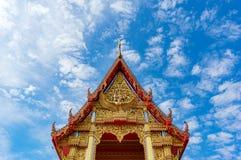El fondo de la arquitectura del templo budista adornó agains del tejado Imagenes de archivo