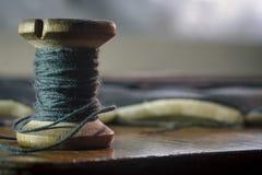 El fondo de la bobina del hilo del vintage, concepto de costura tradicional, se cierra encima de la visión fotos de archivo