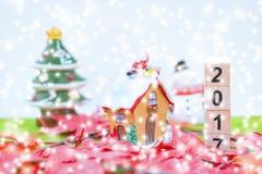 El fondo de la Feliz Navidad y numera 2017 t Imagen de archivo