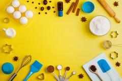 El fondo de la hornada eggs las herramientas de la cocina de las especias de la leche de la harina Imágenes de archivo libres de regalías