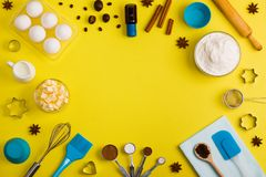 El fondo de la hornada eggs las herramientas de la cocina de las especias de la leche de la harina Fotos de archivo libres de regalías