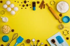 El fondo de la hornada eggs las herramientas de la cocina de las especias de la leche de la harina Fotografía de archivo libre de regalías