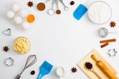 El fondo de la hornada eggs las herramientas de la cocina de las especias de la leche de la harina Foto de archivo