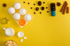 El fondo de la hornada eggs las herramientas de la cocina de las especias de la leche de mantequilla Fotos de archivo libres de regalías
