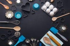 El fondo de la hornada eggs los cortadores de la galleta de la forma de las herramientas de la cocina Imagenes de archivo
