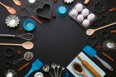 El fondo de la hornada eggs los cortadores de la galleta de la forma de las herramientas de la cocina Fotografía de archivo