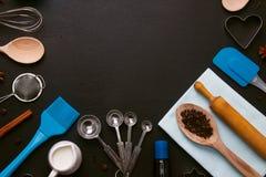 El fondo de la hornada eggs los cortadores de la galleta de la forma de las herramientas de la cocina Foto de archivo