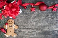 El fondo de la Navidad adorna con la galleta del hombre de pan de jengibre en vin Foto de archivo libre de regalías