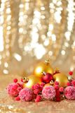 El fondo de la Navidad, el cierre del Año Nuevo encima del rojo y las bolas de la decoración del oro en extracto del brillo empañ Fotografía de archivo