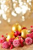 El fondo de la Navidad, el cierre del Año Nuevo encima del rojo y las bolas de la decoración del oro en extracto del brillo empañ Fotografía de archivo libre de regalías