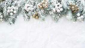 El fondo de la Navidad con el árbol de Navidad en blanco arrugó el fondo Tarjeta de felicitación de la Feliz Navidad, marco, band
