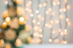 El fondo de la Navidad con el bokeh defocused adornó el árbol de navidad Fotos de archivo libres de regalías