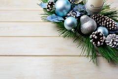 El fondo de la Navidad con día de fiesta adornaron el candelero y azul Imagen de archivo libre de regalías