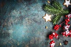 El fondo de la Navidad con la decoración, las galletas y el abeto festivos ramifica visión superior Imagenes de archivo