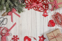 El fondo de la Navidad con el abeto ramifica, las decoraciones de la Navidad Imágenes de archivo libres de regalías