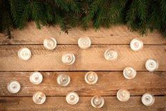 El fondo de la Navidad con el abeto ramifica, las velas, en la madera vieja Fotografía de archivo libre de regalías