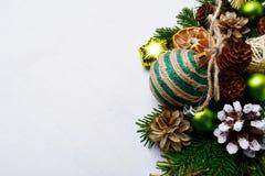 El fondo de la Navidad con guita rayada hecha a mano adornó orna Foto de archivo libre de regalías