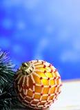 El fondo de la Navidad con la caja de madera y las bolas adornaron cuentas de cristal Imagen de archivo libre de regalías